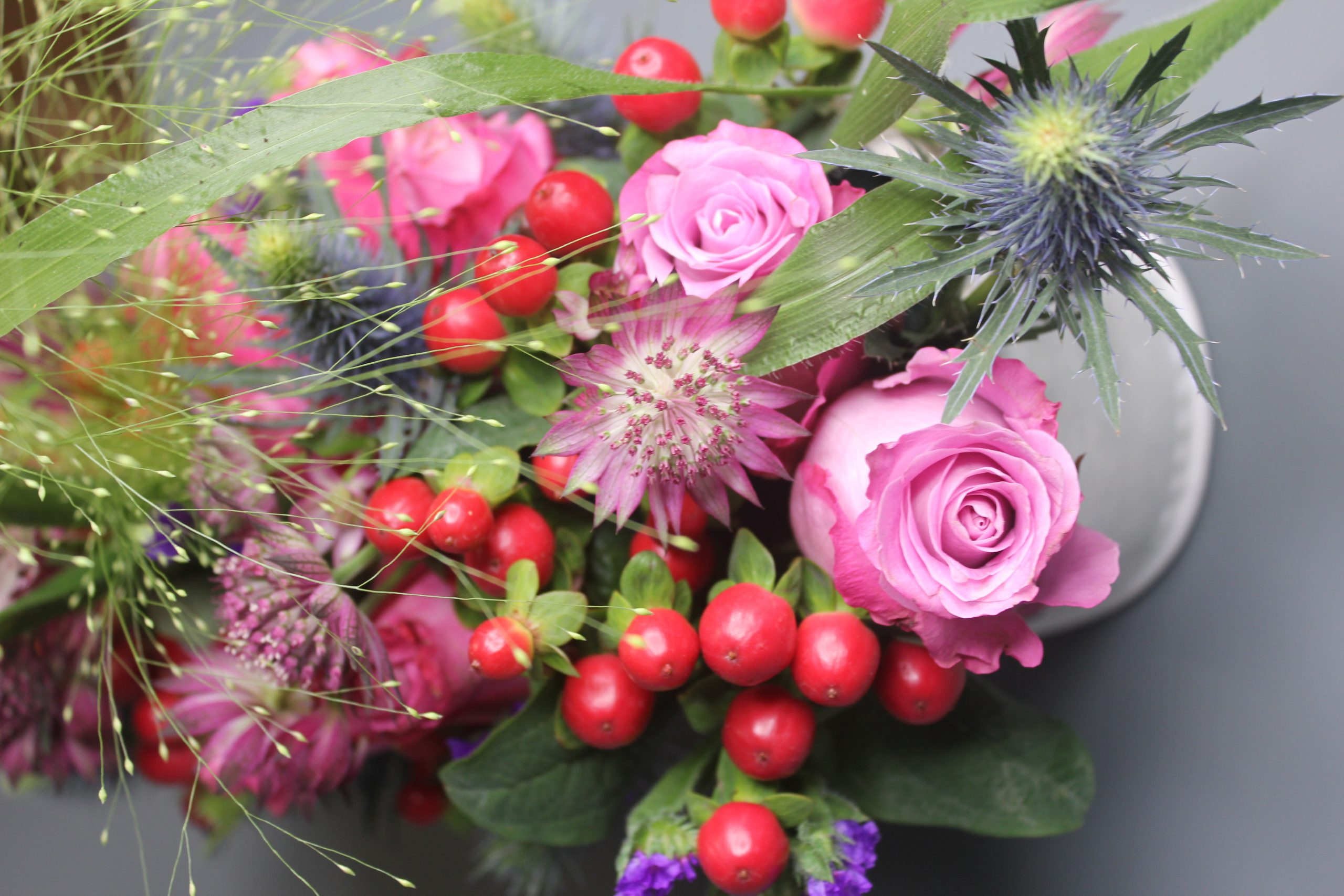 pink-roses-berries-bouquet-close-up