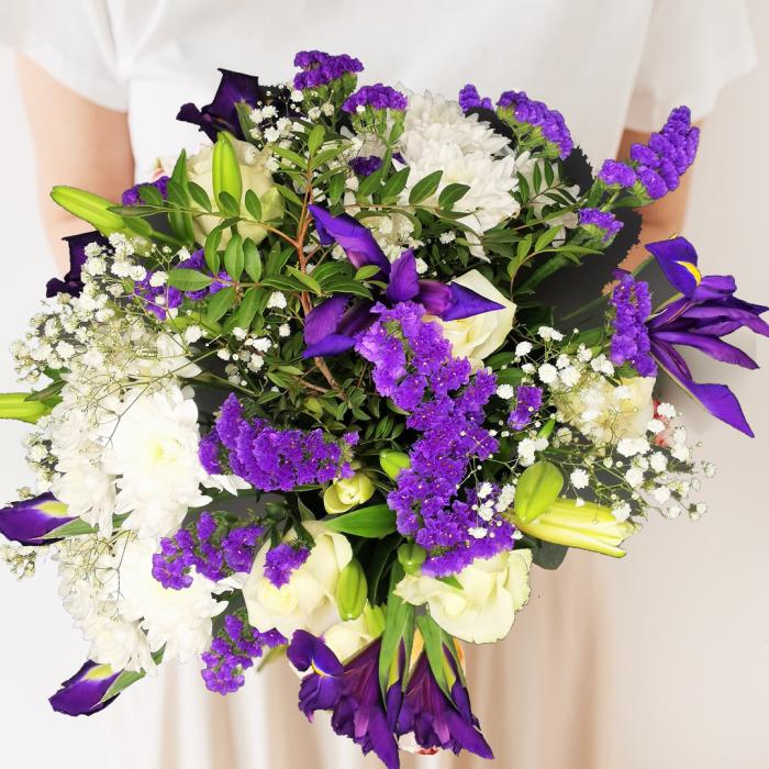 blue-flowers-bouquet-lifestyle